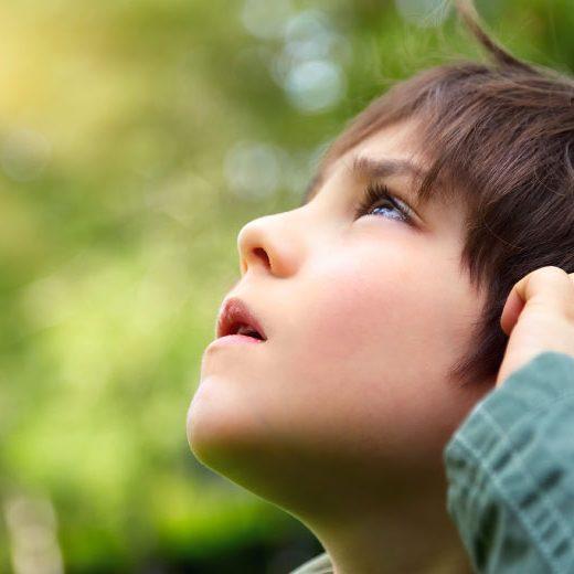 Kid_looking_Up